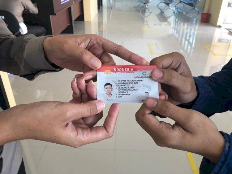 Lahir Tepat Hari Bhayangkara, 3 Orang Warga Sumba Timur Dapat SIM Gratis