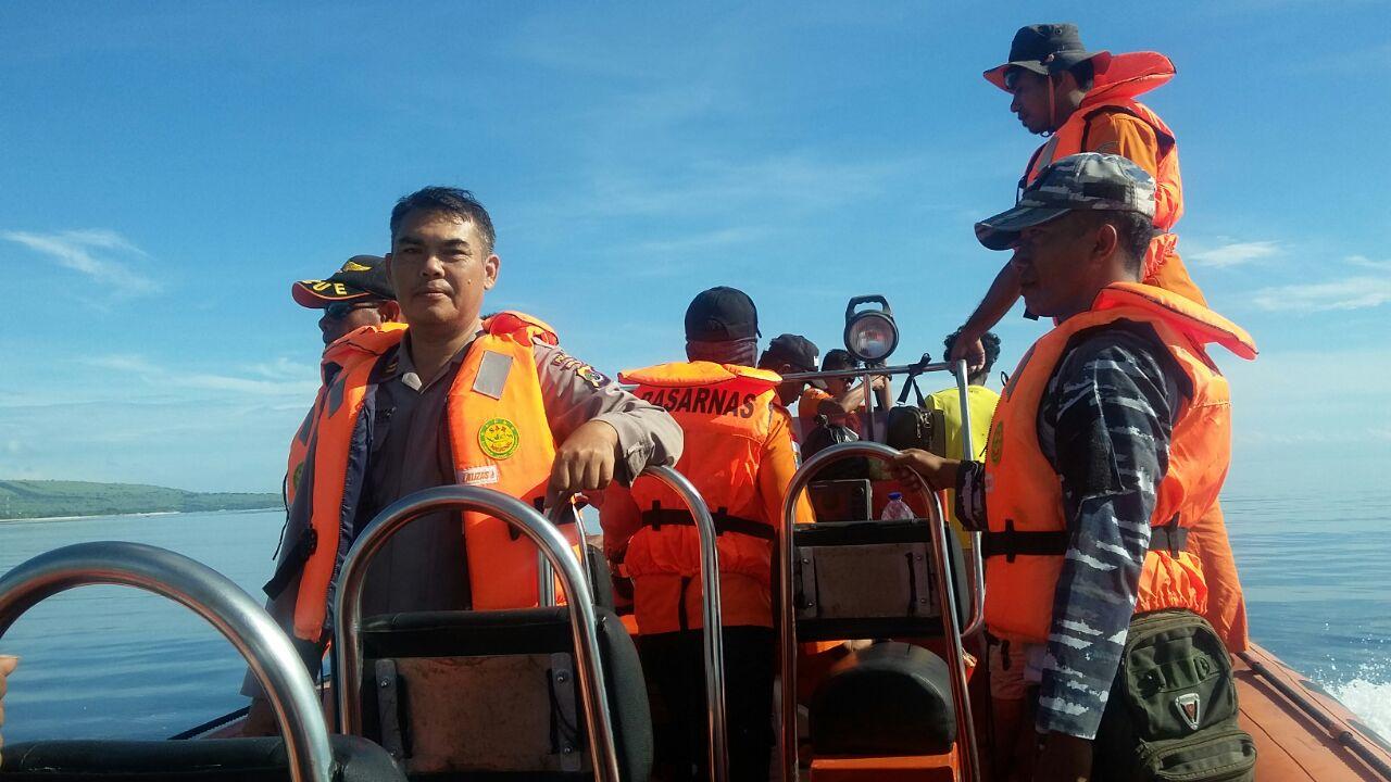 Bersama Basarnas Dan Pos TNI AL, Satsabhara Polres Sumba Timur Lakukan Pencarian Nelayan Hialng Saat Melaut