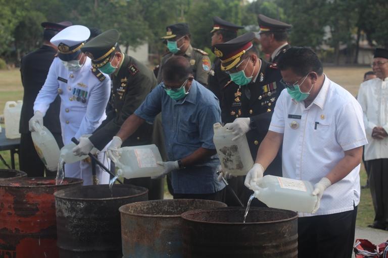 Ribuan Liter Miras Lokal Hasil Operasi Dimusnahkan Saat Peringatan Hari Bhayangkara Ke 72 Di Polres Sumba Timur