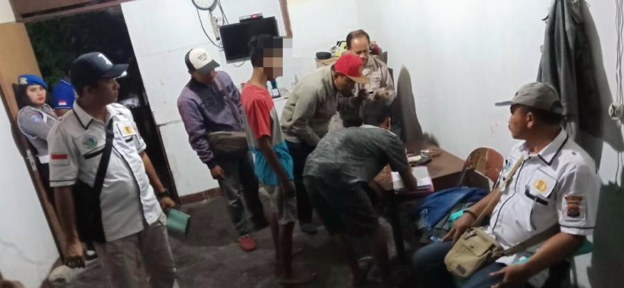 Satresnarkoba Polres Sumba Timur Gelar Razia Kos-kosan, Sejumlah Penghuni Kos Dites Urine