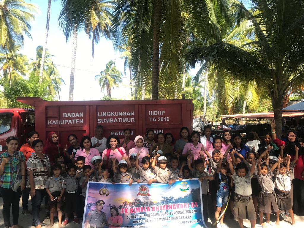 Aksi Murid TK Bhayangkari Sumba Timur Bersihkan Pantai Walakiri