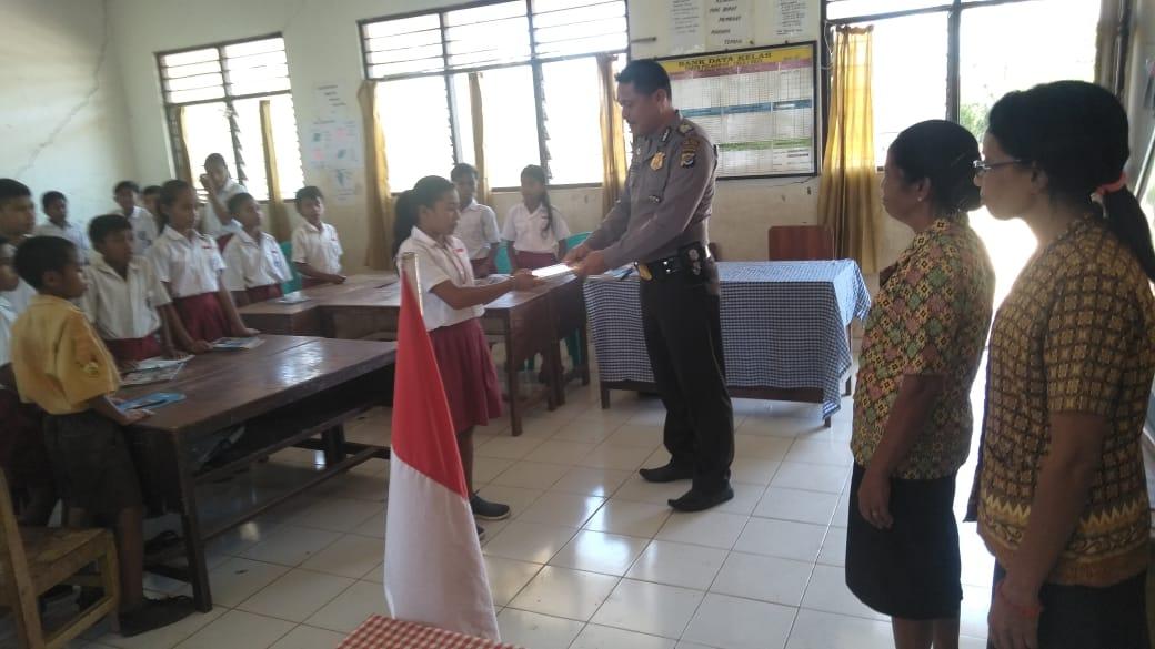 Police Goes to School Polsek Lewa, Murid SDM Kondamara Dapat Bantuan Buku Tulis