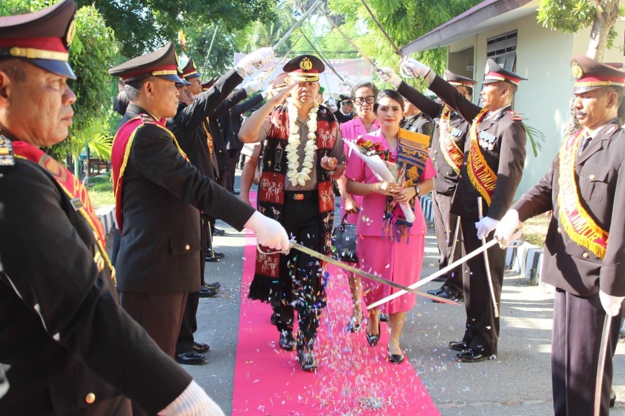Tradisi Pedang Pora Sambut Kedatangan Kapolres Baru di Sumba Timur