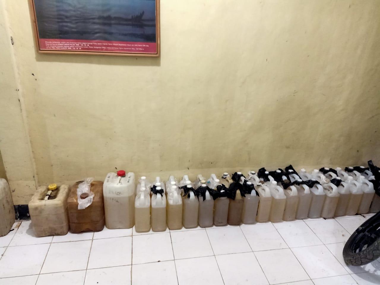 Polres Sumba Timur Amankan Ratusan Liter Minyak Tanah Hasil Penimbunan Tanpa Izin