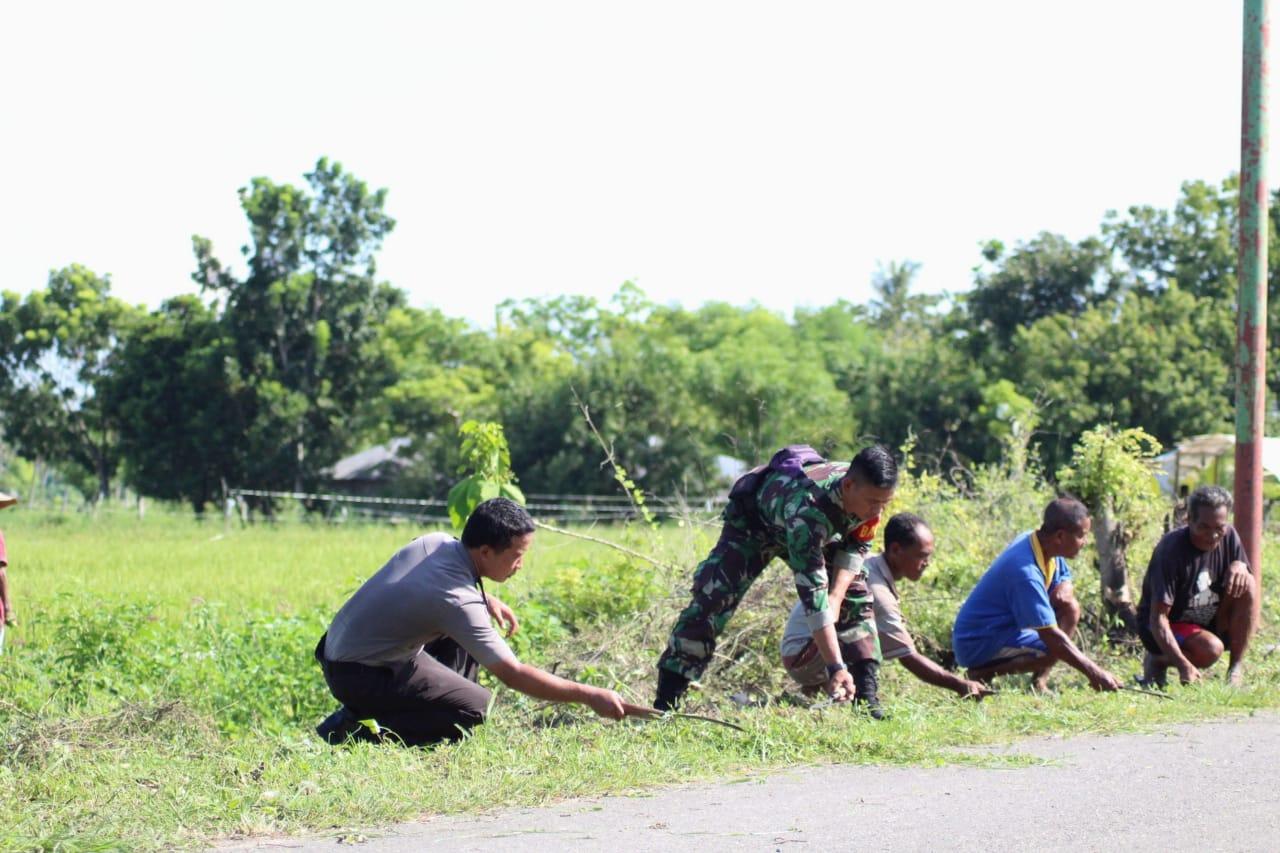 Polsek Umalulu dan Koramil Serta Masyarakat Bersih - bersih Lingkungan Untuk Cegah DBD