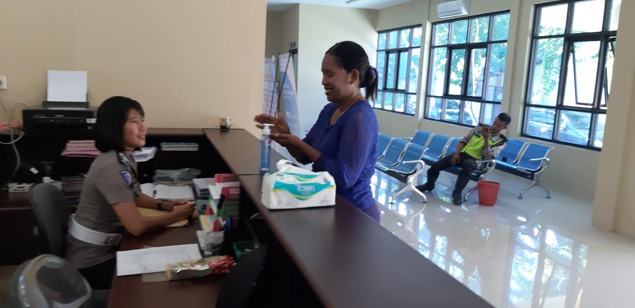 Satlantas Polres Sumba Timur Tempatkan Hand Sanitizer di Ruangan Layanan Publik