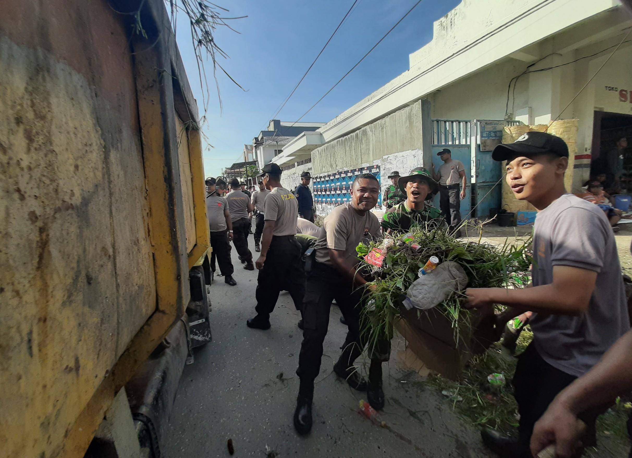 TNI Polri di Sumba Timur Kerja Bhakti Bersama Untuk Cegah DBD dan Corona